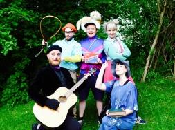 Vasemmalta: Kissa (Ville Huovinen), Niilo (Joonas Purojärvi), Kaarle (Kimmo Riikonen), Sartsa (Eeva Åkerblad) ja Noita (Anne-Mari Kuusisaari. Kuva: Emmi Aarnio-Metsänen
